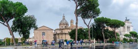 Panorama på via den Dei Fori Imperiali gatan, Rome Förändra sig av fäderneslandet i bakgrund arkivfoto