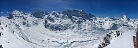 Panorama på Zermatt skidar regionen med den Monte Rosa massiven, Gorner gl royaltyfria foton