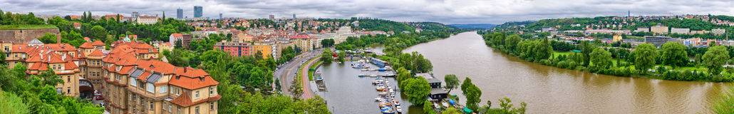 Panorama på den Vltava floden i Prague, Tjeckien Fotografering för Bildbyråer