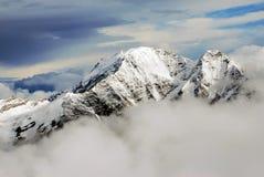 Panorama/paisaje de las montañas del Cáucaso fotos de archivo