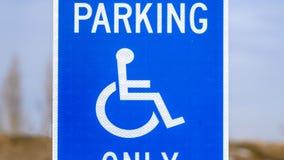 Panorama Parking Van Dostępny Błękitny Zarezewowany znak z mężczyzną na wózek inwalidzki ikonie zdjęcia royalty free