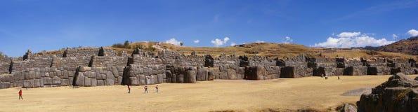Panorama - pedras maciças em paredes da fortaleza do Inca Imagens de Stock