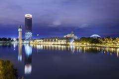 Panorama- Pelli torn från den Guadalquivir floden, natt royaltyfria bilder
