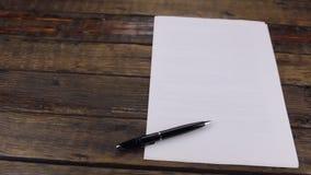 Panorama, penna che si trova su un foglio bianco, con un posto per il vostro testo archivi video