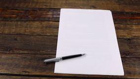 Panorama, penna che si trova su un foglio di carta pulito, con lo spazio della copia stock footage