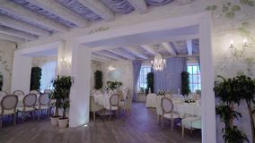 Panorama piękna bankiet sala z stołami, krzesła i piękna dekoracja zdjęcie wideo