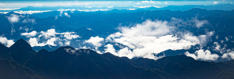 Panorama piękny chmura pławik nad górą fotografia royalty free