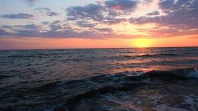 Panorama Piękny Czerwony zmierzch przy Plażowym Zadziwia koloru Lekkiego promienia jaśnieniem Przez Cloudscape Seascape przy menc zbiory wideo