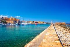 Panorama piękny stary schronienie Chania z zadziwiającą latarnią morską, meczet, venetian stocznie przy zmierzchem, Crete zdjęcie stock