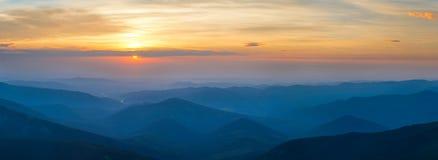 Panorama piękny wschód słońca w góra krajobrazie Zdjęcia Royalty Free