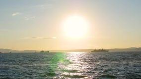 Panorama piękny zmierzch morzem Wojskowych statki przy morzem przy zmierzchem zbiory wideo