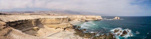 Panorama- pic av La Portada, stenar välva sig i den Antofagasta, Chile öknen i atacama royaltyfri foto