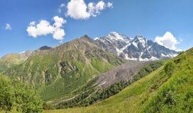 Panorama pittoresco delle montagne del Caucaso del nord immagini stock libere da diritti