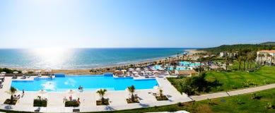 Panorama plaża przy luksusowym hotelem Zdjęcie Royalty Free