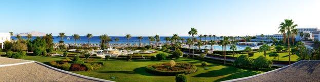 Panorama plaża przy luksusowym hotelem Zdjęcia Stock