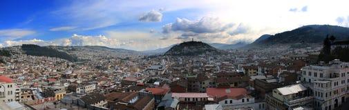 Panorama pokazuje drugi co do wielkości statuę Ameryka Południowa przy tłem z niebieskim niebem Quito fotografia stock