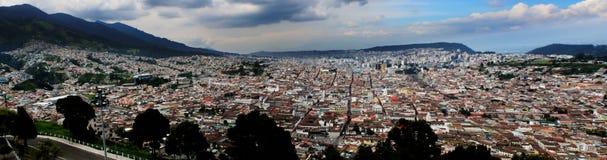 Panorama pokazuje miasto między górami Quito zdjęcie royalty free