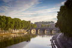 Panorama Ponte Sant Angelo Bridge sobre el río de Tíber en Roma en Italia Foto de archivo