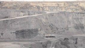 panorama pracująca węglowa otwarta jama (takielunki i ciężarówki) zdjęcie wideo
