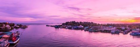 Panorama, Prasae-Golfansichten an der Dämmerung Prasae Gemeinschaften eines Golffischens mit alten Zivilisationen Lizenzfreie Stockfotos