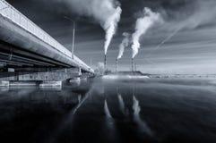Panorama preto e branco do reservatório de Reftinsky com central elétrica, Rússia, Ural imagem de stock