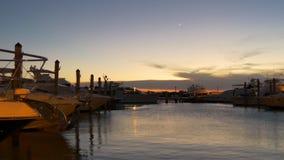 Panorama privato 4k Florida S.U.A. del bacino dell'yacht di tramonto del parco del haulover di Miami stock footage