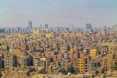Panorama przelewa się z samochodami Kair zaludnia ogromną populacji gęstość i marnotrawi obraz stock