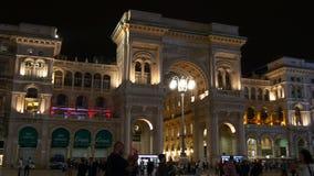Panorama que camina 4k Italia de la noche de Milán de las compras de la entrada famosa de la galería almacen de video