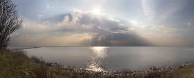 Panorama que pasa por alto el mar Báltico en la puesta del sol antes de una tempestad de truenos en Lituania, Klaipeda imágenes de archivo libres de regalías