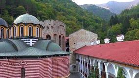 Panorama que sorprende de colinas verdes, de los lagos Rila y del monasterio de Rila, Bulgaria imagenes de archivo