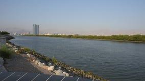 Panorama Ras Al Khaimah City in Arabische Emirate Ende des Nachmittages beim Corniche mit dem klaren klaren blauen coloure stock video footage