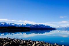 Panorama- reflexion av monteringskocken på sjön Pukaki, Nya Zeeland Arkivfoto