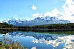 Panorama reflexivo de los Rockies Imagenes de archivo