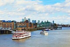 Panorama Reino Unido de Londres de los barcos de la travesía del río Támesis Fotos de archivo libres de regalías