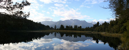 Panorama - riflessione sul lago Matheson, Nuova Zelanda Immagine Stock