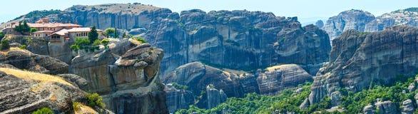 Panorama rocoso del verano de los monasterios de Meteora. Fotografía de archivo