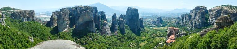 Panorama rocoso del verano de los monasterios de Meteora. Imagen de archivo