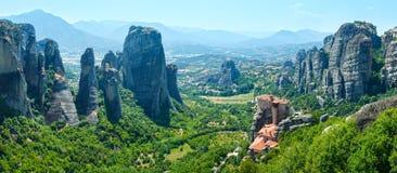 Panorama rocoso del verano de los monasterios de Meteora Imagenes de archivo