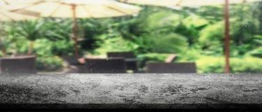 Panorama rocznika zmroku betonu tabletop z rozmytą kanapą i Han Obrazy Stock