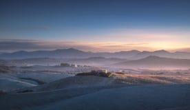 Panorama, Rolling Hills et champs d'hiver de Volterra sur le sunse bleu photographie stock libre de droits