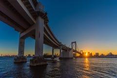 Panorama romantique de coucher du soleil de Tokyo de pont en arc-en-ciel photographie stock libre de droits
