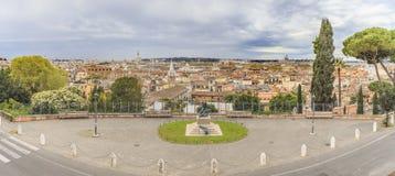 panorama rome Sikt från kullen var villan Medici är l Arkivfoton