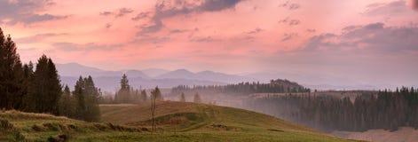 Panorama rosso di mattina della montagna Alba variopinta Immagine Stock