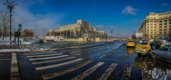 Panorama roumain du Parlement dans la saison d'hiver photo stock