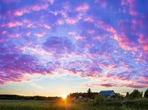 Panorama rural de paysage d'été avec le coucher du soleil image libre de droits