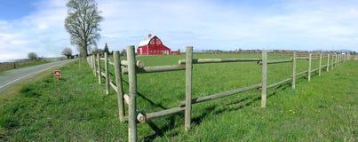 Panorama-rustikaler Stall und Zaun stockfotos