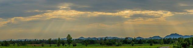 Panorama słońca światło łama przez gęstej łaty burzy clou Fotografia Royalty Free