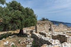 Panorama às ruínas da igreja antiga no local arqueológico de Aliki, ilha de Thassos, Grécia Foto de Stock Royalty Free