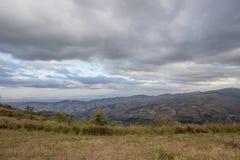 Panorama's van bergtop van Phu Lom Lo, het Nationale Park van Phu Hin Rong Kla, Kok Sathon, Dan Sai District, Loei, Thailand Royalty-vrije Stock Foto's