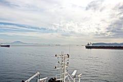 Panorama's van de haven en de stad van Gibraltar tijdens dag en nacht Soort carg o en koopvaardij verankerde schepen royalty-vrije stock fotografie